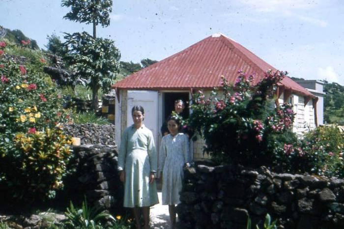 Eleonore et Emilienne LEDEE devant la case de leurs parents à VITET